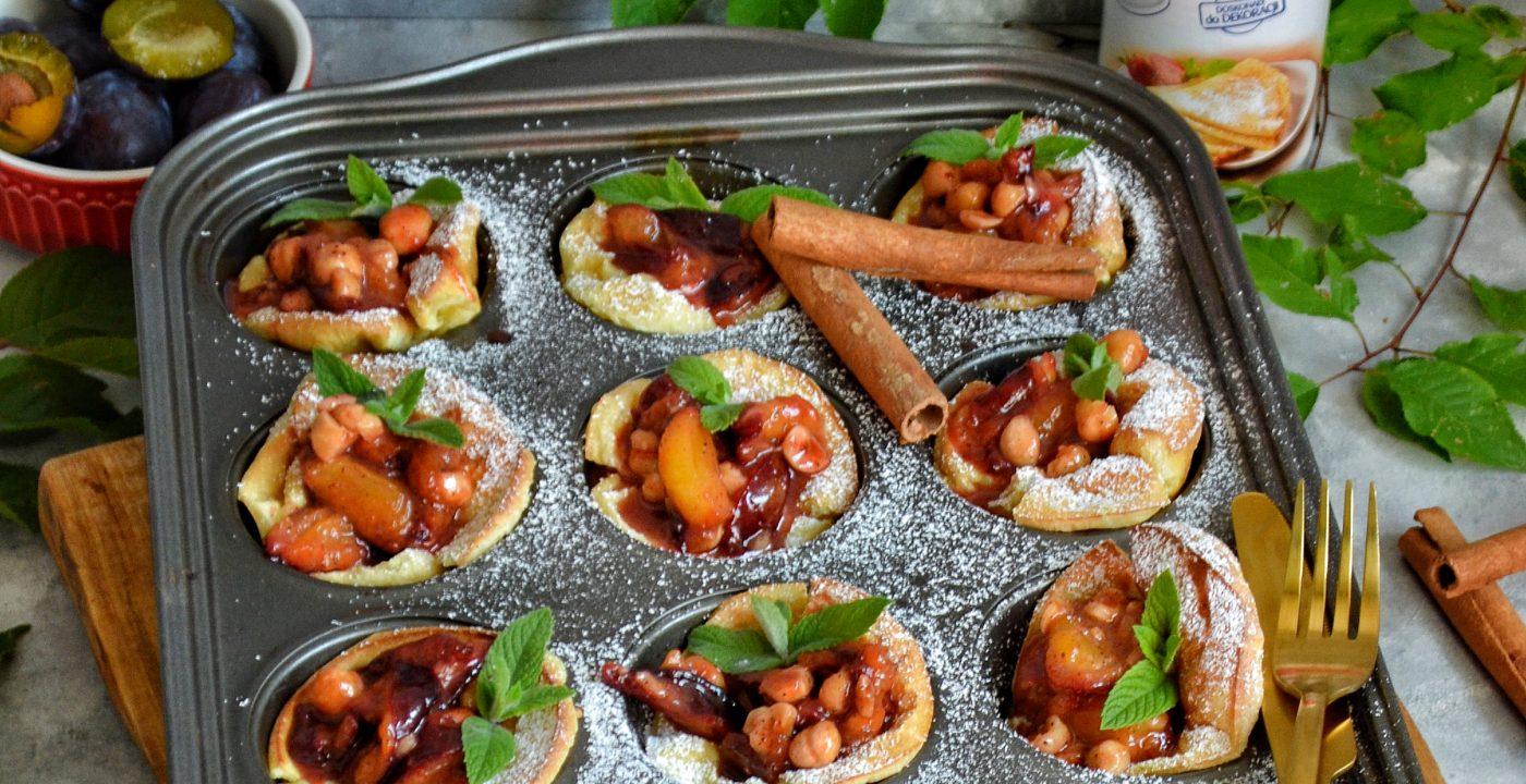 Pieczone mini naleśniki zkarmelizowanymi śliwkami iorzechami